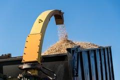 Industriële houten chipper in actie Stock Afbeelding