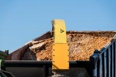 Industriële houten chipper in actie Stock Afbeeldingen