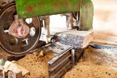 Industriële houten fabriek - close-up van zaag stock foto's