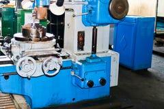 Industriële ijzerdraaibank voor knipsel, het draaien van staven van metalen, hout en andere materialen, het draaien, productie va royalty-vrije stock afbeeldingen