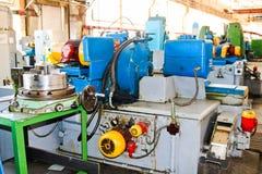 Industriële ijzerdraaibank voor knipsel, het draaien van staven van metalen, hout en andere materialen, het draaien, productie va stock foto's