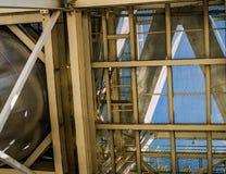 Industriële ijzerstructuren Stralen en plafonds van het staal de de gele rooster royalty-vrije stock foto