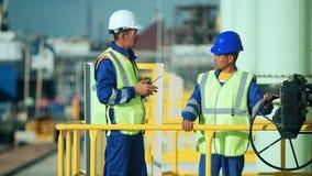 Industriële ingenieur en arbeider die in fabriek bespreken stock videobeelden