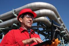 Industriële Ingenieur Working op een Notitieboekjecomputer Openlucht. Royalty-vrije Stock Afbeelding