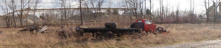 Industriële kerkhof geroeste vrachtwagen Stock Foto's