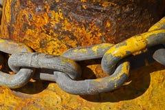 Industriële ketting met gele verf Stock Fotografie