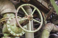 Industriële klep in een verlaten fabriek Royalty-vrije Stock Foto's