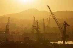 Industriële kranen in haven Royalty-vrije Stock Fotografie