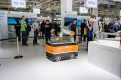 Industriële KUKA-robot in cabine van Huawei-bedrijf in CeBIT Royalty-vrije Stock Afbeeldingen