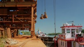 Industriële ladingshaven met werkende kranen op de rivier van Donau stock footage