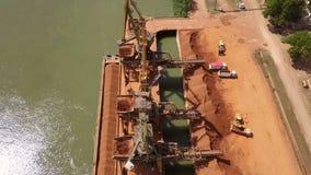 Industriële ladingshaven met werkende kranen op de rivier van Donau stock video