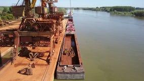 Industriële ladingshaven met werkende kranen op de rivier van Donau, luchtmening stock footage