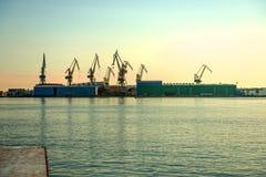 Industriële ladingskranen in het dok royalty-vrije stock afbeeldingen