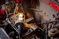 Industriële lamp op oud motorblok Stock Foto
