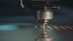 Industriële lasersnijder met vonken Sluit omhoog stock videobeelden