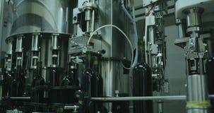 Industriële lijn van glasflessen, bottelen van wijnmateriaal stock videobeelden