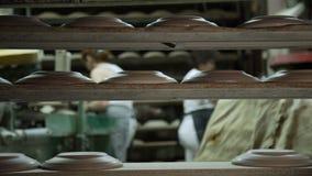 Industriële Lijn voor Vervaardiging van Platen De Arbeider Formatsize die de Schotels in Winkel 2 doen stock videobeelden