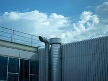 Industriële luchtventilatie met blauw hemel en de industriebinnenland royalty-vrije stock fotografie