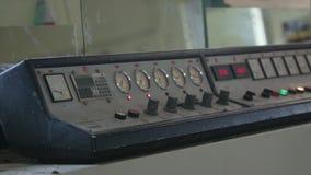 Industriële machine in een fabriek om glas te snijden stock video