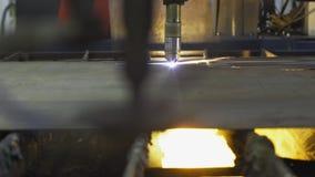 Industriële machine om metaalplasma te snijden Wanneer zijn het werkvonken vliegen stock footage