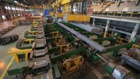 Industriële magneet die die staalbars opheffen wijd hierboven worden geschoten van stock videobeelden