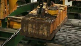 Industriële magneet die staalbars m/s opheffen stock videobeelden