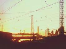 Industriële mening bij zonsondergang Royalty-vrije Stock Foto's