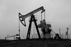 Industriële oliepomp b&w stock fotografie