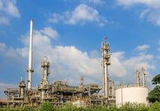 Industriële olieraffinaderij stock afbeeldingen