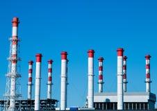 Industriële onderneming tegen een blauwe hemel stock afbeelding