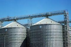 Industriële opslag van grondstoffen in silo's Graanschuur in de open hemel Stock Foto