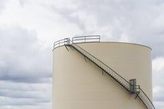 Industriële opslagtank voor olie of water stock afbeeldingen