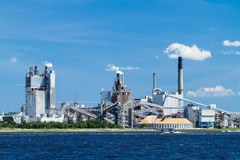 Industriële Papierfabriek op een Rivier Stock Foto