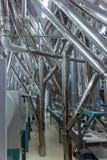Industriële pijpen binnen fabriek stock foto