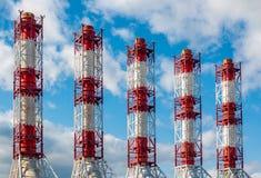 Industriële Pijpen van elektrische elektrische centrale tegen een hemelachtergrond royalty-vrije stock foto