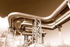 Industriële pijpleidingen op pijp-brug Stock Foto