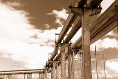 Industriële pijpleidingen op pijp-brug Stock Afbeeldingen