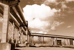 Industriële pijpleidingen op pijp-brug Royalty-vrije Stock Foto's