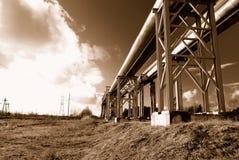 Industriële pijpleidingen op pijp-brug Royalty-vrije Stock Foto