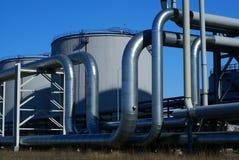 Industriële pijpleidingen tegen blauwe hemel Stock Afbeelding
