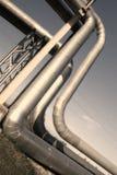 Industriële pijpleidingen tegen blauwe hemel. Stock Afbeeldingen