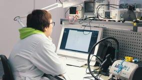 Industriële productie Een mens bekijkt de grafiek stock videobeelden