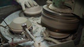 Industriële Productie van Porseleinvaatwerk Machine om Platen Te vormen stock footage