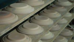 Industriële Productie van Porseleinvaatwerk Machine om Platen Te vormen stock video