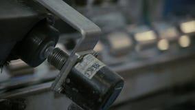 Industriële productieapparatuur Het aluminium kan productieproces stock video