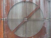 Industriële roestige metaalplaten met rond geperforeerd cirkelnetpatroon stock fotografie