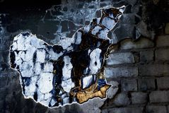 Industriële ruïnes die details bouwen - de zon glanst door een gat in het dak stock afbeeldingen