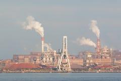 Industriële scèneachtergrond Landschap van de industrie bij haven Stock Foto's