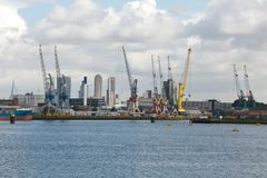 Industriële schepen in dok met de stadsmening van Rotterdam royalty-vrije stock foto