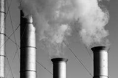 Industriële schoorstenen en wolken van witte rook of damp stock afbeeldingen